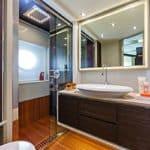 Salle de bain avec douche et lavabo. Bateau de type Motoryacht de la marque Absolute, modèle 72 FLY.