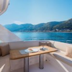Banquette et table à manger. Bateau de type Motoryacht de la marque Absolute, modèle NAVETTA 52.