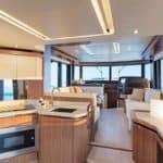 Cuisine équipée. Banquette et table à manger. Tableau de bord. Bateau de type Motoryacht de la marque Absolute, modèle NAVETTA 52.