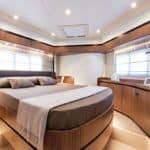 Chambre avec lit double. Bateau de type Motoryacht de la marque Absolute, modèle NAVETTA 52.