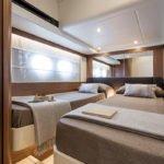 Chambre avec deux lits simples. Bateau de type Motoryacht de la marque Absolute, modèle NAVETTA 52.