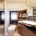 Salle de bain avec douche, wc, lavabo. Bateau de type Motoryacht de la marque Absolute, modèle NAVETTA 52.