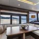Banquette et table à manger intérieure. Bateau de type Motoryacht de la marque Absolute, modèle NAVETTA 58.