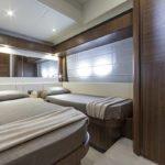 Chambre avec deux lits simples. Bateau de type Motoryacht de la marque Absolute, modèle NAVETTA 58.