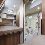 Couchettes et salle de bain. Bateau de type Motoryacht de la marque Absolute, modèle NAVETTA 58.