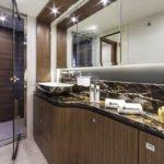 Salle de bain avec douche, lavabo.Bateau de type Motoryacht de la marque Absolute, modèle NAVETTA 58.