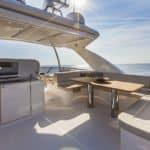 Banquette, cuisine équipée et table à manger extérieure.Bateau de type Motoryacht de la marque Absolute, modèle NAVETTA 58.