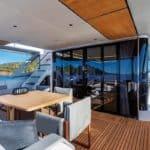 Table à manger et long couloir donnant à l'avant du bateau. Bateau de type Motoryacht de la marque Absolute, modèle NAVETTA 73.