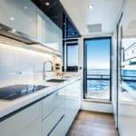 Cuisine équipée. Bateau de type Motoryacht de la marque Absolute, modèle NAVETTA 73.