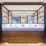 Salle de bain de nombreux rangements et lavabo. Bateau de type Motoryacht de la marque Absolute, modèle NAVETTA 73.
