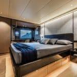 Chambre avec lit double. Bateau de type Motoryacht de la marque Absolute, modèle NAVETTA 73.