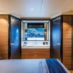 Chambre avec lit double donnant sur une salle de bain. Bateau de type Motoryacht de la marque Absolute, modèle NAVETTA 73.