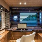 Chambre avec coiffeuse et un dressing. Bateau de type Motoryacht de la marque Absolute, modèle NAVETTA 73.