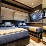 Chambre avec deux lits simples. Bateau de type Motoryacht de la marque Absolute, modèle NAVETTA 73.