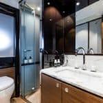 Salle de bain avec douche, wc, lavabo.Bateau de type Motoryacht de la marque Absolute, modèle NAVETTA 73.