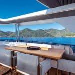 Table à manger et sièges en extérieur. Bateau de type Motoryacht de la marque Absolute, modèle NAVETTA 73.