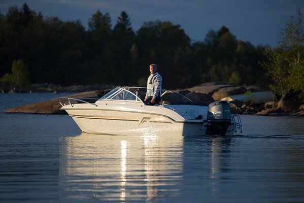 Homme sur un bateau à moteur de type Bow Rider de la marque Finnmaster, modèle Bow Rider R55. Moteur Yamaha 100 chevaux.