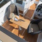 Siège, table, volant : intérieur d'un bateau à moteur de type Bow Rider de la marque Finnmaster, modèle Bow Rider R55.
