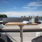 Table avec couvert représentant l'intérieur d'un bateau à moteur de type Bow Rider de la marque Finnmaster, modèle Bow Rider R55.