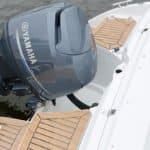 Arrière d'un bateau avec un moteur Yamaha. Bateau de type Bow Rider de la marque Finnmaster, modèle Bow Rider R55.