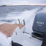 Arrière d'un bateau naviguant avec un moteur Yamaha 100 chevaux. Bateau de type Bow Rider de la marque Finnmaster, modèle Bow Rider R55.