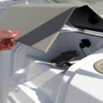 Boîte de rangement pour recharge de téléphone sur un bateau de type Bow Rider de la marque Finnmaster, modèle Bow Rider R55.