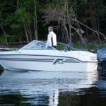 Homme sur un bateau de type Bow Rider de la marque Finnmaster, modèle Bow Rider R55. Moteur Yamaha 100 chevaux.