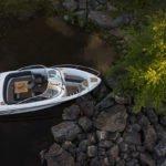 Mouillage dans une crique d'un bateau de type Bow Rider de la marque Finnmaster, modèle Bow Rider R62. Moteur Yamaha.
