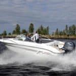 Couple naviguant avec un bateau de type Bow Rider de la marque Finnmaster, modèle Bow Rider R62. Moteur Yamaha.
