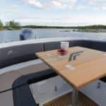 Ensemble de sièges et d'une table pour manger dans un bateau de type Bow Rider de la marque Finnmaster, modèle Bow Rider R62. Moteur Yamaha.