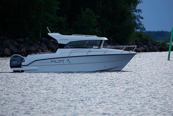 Mouillage d'un bateau de type Fishing de la marque Finnmaster, modèle Pilot 7. Moteur Yamaha.