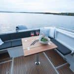 Banquette spacieuse et table pour manger. Bateau de type Fishing de la marque Finnmaster, modèle Pilot 7. Moteur Yamaha.