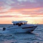 Navigation au soleil couchant d'un bateau de type Fishing de la marque Finnmaster, modèle Pilot 8. Moteur Yamaha.