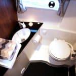 Salle de bain avec lavabo et wc d'un bateau de type Fishing de la marque Finnmaster, modèle Pilot 8. Moteur Yamaha.