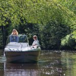 2 femmes naviguant tranquillement sur un bateau de type Coque Open de la marque Finnmaster, modèle Consol 52S. Moteur Yamaha.