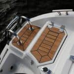 Echelle et plateforme d'un bateau de type Coque Open de la marque Finnmaster, modèle Consol 52S. Moteur Yamaha.