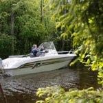 Homme naviguant tranquillement sur un bateau de type Coque Open de la marque Finnmaster, modèle Consol 52S. Moteur Yamaha.