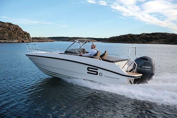 Homme naviguant avec un bateau de type Coque Open de la marque Finnmaster, modèle Consol 6S. Moteur Yamaha.