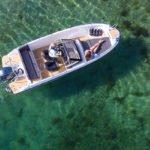 Couple sur un bateau de type Coque Open de la marque Finnmaster, modèle Consol 6S. Moteur Yamaha.