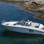 Couple naviguant avec un bateau de type Coque Open de la marque Finnmaster, modèle Consol 6S. Moteur Yamaha.