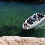 Couple avec un bateau au mouillage de type Coque Open de la marque Finnmaster, modèle Consol 6S. Moteur Yamaha.