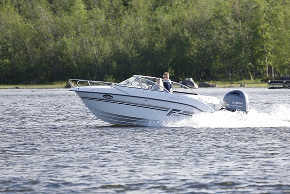 Couple naviguant dans un bateau de type Day-cruiser de la marque Finnmaster, modèle Day Cruiser DC 62. Moteur Yamaha.