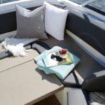 Banquette confortable d'un bateau de type Day-cruiser de la marque Finnmaster, modèle Day Cruiser DC 62. Moteur Yamaha.