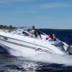 5 personnes naviguant sur un bateau de type Day-cruiser de la marque Finnmaster, modèle Day Cruiser DC 68. Moteur Yamaha.
