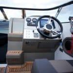 Volant et tableau de bord d'un bateau de type Day-cruiser de la marque Finnmaster, modèle Day Cruiser T7. Moteur Yamaha.