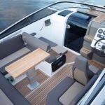 Intérieur comprenant : banquette, tableau de bord, sièges, coffres. Bateau de type Day-cruiser de la marque Finnmaster, modèle Day Cruiser T7. Moteur Yamaha.