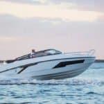 Homme naviguant sur un bateau de type Day-cruiser de la marque Finnmaster, modèle Day Cruiser T7. Moteur Yamaha.