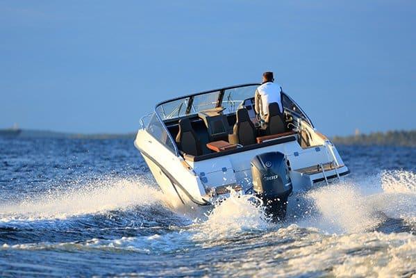 Homme naviguant sur un bateau de type Day-cruiser de la marque Finnmaster, modèle Day Cruiser T8. Moteur Yamaha.