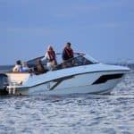 2 couples naviguant sur un bateau de type Day-cruiser de la marque Finnmaster, modèle Day Cruiser T8. Moteur Yamaha.