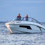 Couple naviguant sur un bateau de type Day-cruiser de la marque Finnmaster, modèle Day Cruiser T8. Moteur Yamaha.